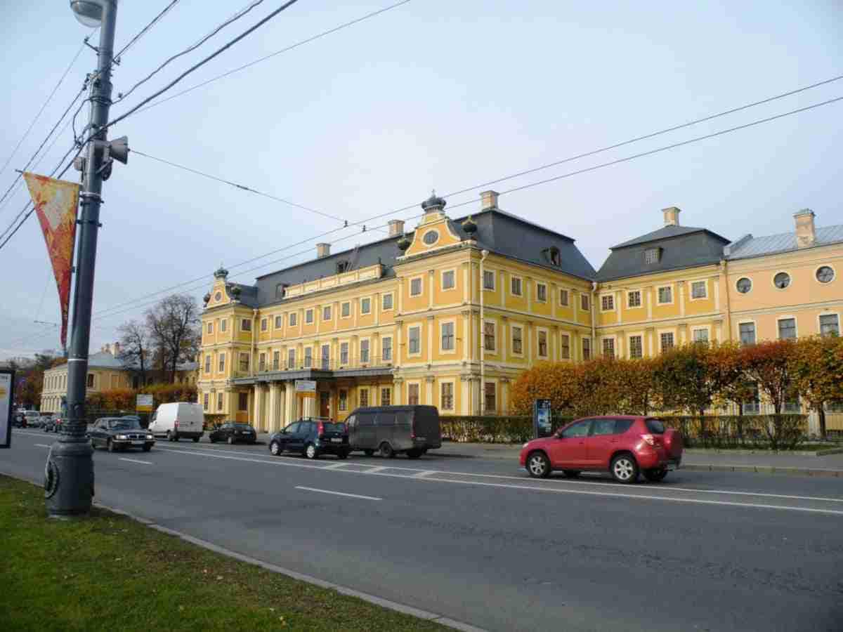Фасад здания Меншиковского дворца